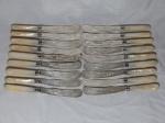 Dezoito facas para peixe em metal inglês, cabo em madrepérola, lâminas cinzeladas com figuras de peixes. Comp. 22cm