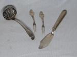 Quatro peças em prata: Concha, faca para peixe e 2 pega petiscos. Comp. maior 15cm, Comp. menor 11cm.