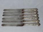 Seis facas, cabo em prata inglesa marcada ornamentado com parreiras e uvas. Lâmina marcada WM Rileys. Comp. 26cm