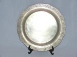 Bandeja redonda em prata colombiana contrastada 900 mls, borda decorada com acantos. Diam. 30cm