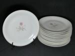 Treze pratos rasos em porcelana nacional branca, borda filetada à ouro, centro aplicado com pinturas de rosas, 7 apresentam bicados, marcadas RENNER. Diam. 25cm