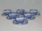 Seis xícaras e pires para chá em faiança inglesa decorada em azul cobalto com florais na borda, centro aplicado com cena rural inglesa. Levemente craquelado. Uma xícara com leve lascado na borda. Marca da manufatura W.R. MIDWINTER. 7 x 14cm.