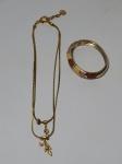 Duas bijuterias: Pulseira e colar em metal dourado, manufatura CAMILA KLEIN.