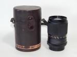 Lente para câmera Minolta modelo MC MINOLTA CELTIC 1:35 F=135mm. Apresenta mofo na lente. Acompanha capa de couro com desgastes. 10,5 x 6cm.