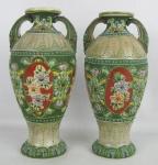 Par de vasos em faiança decorados com pintura floral esmaltada, policromada e em relevo. Alt. 18,5cm.