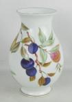 Vaso em porcelana inglesa, com marca da manufatura Royal Worcester na base, decorado com frutos, folhas e flores em policromia. Detalhes em dourado. Alt. 21,5cm.