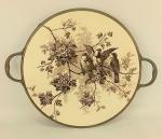 WMFM - Bandeja art-deco, de coleção circular em faiança europeia decorada ao centro com pinturas de pássaros sobre galhos. Guarnição, alças e pés em metal. Marca da manufatura na alça. Med. 2,5x39x31cm.