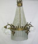 Belíssimo lustre para 8 luzes, com contas em cristal bisotado e canutilhos. Cinco braços e guarnições em bronze, com trabalhos de flores e folhagens. Alt. 84cm e Diam. 70cm.