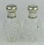 Par de perfumeiros em cristal europeu lapidado em sulcos e estrelas. Tampas em prata alemã contrastada. Alt. 13cm.