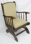 Cadeira de braços em madeira entalhada. Assento e encosto estofados e forrados em tecido. Med. 91x60x58cm.
