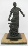 """H. Truci - Escultura em bronze representando """"Ferreiro"""". Assinado. Base em mármores de 2 cores. Med. total 39x23x19cm."""