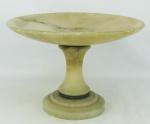 Centro de mesa em alabastro, com prato e base circulares. Guarnição em bronze com trabalhos perolados. Med. 20x28,5 cm.