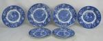 Dezoito pratos em porcelana inglesa Woods Ware, decoração em tons de azul, tendo em cada seis a mesma paisagem, sendo 6 rasos, 6 fundos e 6 para sobremesa. Diam. maior 25cm.