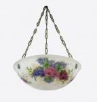Plafon em pasta de vidro na cor leitosa com decoração floral em policromia. Guarnições em metal. Falta fiação e apresenta 2 pequenos bicados na borda. Med. 76x45cm.
