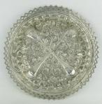 Salva em prata, profusamente decorada com trabalhos de frutos, flores e volutas. Borda vazada. Med. 2,5x24 cm. Peso 325 g.