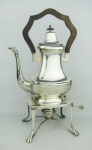 Elegante samovar em metal espessurado a prata. Alça e pega da tampa em madeira. Alt. 43,5cm.