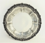 Fruteira em prata portuguesa, contraste águia e marca do teor 833 milésimos, decorada com trabalhos de conchas, volutas e folhagens em relevo. Med. 6x30,5cm. Peso 750 gramas.