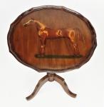 Assinatura ilegível - Bela mesa tip top em madeira, tampo circular decorado com pintura de cavalo em policromia. Abas elevadas. Coluna central torneada, apoiada sobre 3 pés recurvos. Tampo apresenta trava na parte de baixo. Assinada com iniciais. Med. 58x48,5 cm.