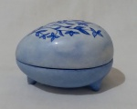 Caixinha em porcelana com formato oval, com pintura manual na tonalidade azul, com desenho floral, por Laurita V. Steines. medida altura 7 cm, largura 8 cm e profundidade 6 cm.