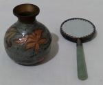 Lote contendo 2 peças, sendo, 1 vasinho em metal com pintura colorida de tema outono, altura 8 cm e 1 espelhinho de mão com costas em porcelana, cabo em pedra e moldura em metal, comprimento 14 cm.
