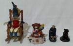 Lote contendo 4 decorações variadas, sendo, 1 gnomo na cadeira de balanço (altura 21 cm), 1 ursinho na neve com presentes e tambor (altura 12 cm), 1 estatueta de buda em gesso vitrificado com avaria na nuca (altura 10,5 cm) e 1 porta vela em madeira com imagem de urso (altura 7,5 cm).
