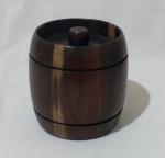 Mini barril decorativo em madeira, com listras em baixo relevo nas extremidades e tampa com pegador estilo bolinha. Medida altura 14 e diâmetro 13 cm.
