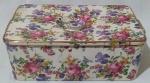 MAUÁ - Caixa em porcelana com pintura de tema floral, com interior branco e tampa com pega e duas pequenas alças. Medida altura 10 cm, largura 29 cm e profundidade 18 cm.