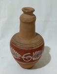 Pequeno vaso em cerâmica, com detalhes em baixo relevo, e pintura central. Medida altura 20 cm e diâmetro 10,5 cm.