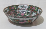 Saladeira em porcelana chinesa com desenhos de chineses. Medida altura 9,5 cm e diâmetro 27 cm.