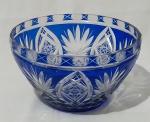 Centro de mesa em cristal nas tonalidades azul royal e translúcido, com detalhes em baixo relevo. Medida altura 12 cm e diâmetro 21,5 cm.