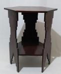 Mesinha lateral em madeira, com tampo sextavado e 3 pés trabalhados em figuras geométricas. Medida altura 46 cm e tampo 39,5 x 39,5 cm.