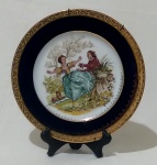 LIMOGES - Prato decorativo francês para parede, em porcelana, com borda azul cobalto e dourado e pintura de cena galante no centro. Medida diâmetro 22 cm.