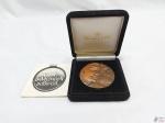 Medalha em cobre do Clube da Medalha do Brasil, homenagem ao Ayrton Senna o maior fenômeno do automobilismo. Medindo 70mm de diâmetro.