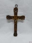 Crucifixo em metal dourado ricamente trabalhado em relevos. Medindo: 27,5 cm x 16,5 cm .