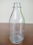 Garrafa de Vidro do leite Vigor sendo de 1 litro, medindo 22 cm de altura, com logo marca em alto relevo