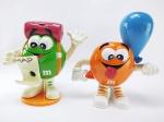 M&M - 2  Dispenser do Chocolate M&m´s com tema de Aventureiro e Garoto com Balão, maior medindo 15 cm de altura, conforme fotos