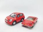 2 Miniaturas sendo Ferrari Dino 246GT, Escala 1/36, manufatura Maisto e Outro sendo Toyota Echo - KT 4019 Manufatura Kinsfun, medindo 10 cm de comprimento