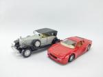 2 Miniaturas sendo Ferrari 512TR, Manufatura Maisto, escala 1/39 e Outro sendo Cadillac V-16 manufatura Yatming, medindo 12 cm de comprimento