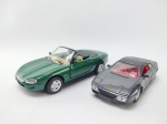 2 Miniaturas sendo Ferrari 348ts, Manufatura Maisto, escala 1/38 e Outro sendo Jaguar XK8 manufatura NewRay escala 1/32