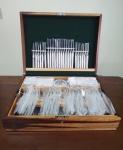 Wolff - Faqueiro sendo Wolff - Prata 90 contendo 130 Peças da década de 90, Sem uso, alguns itens ainda lacrados, conforme demonstra fotos, Acompanha chave do faqueiro.