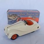 Schuco - Lindo brinquedo antigo carro antigo Akustico 2002 - Fabricado na Alemanha Oriental, completo com caixa, manual e chave original. Funciona a corda as rodas e a buzina (cordas separadas) - O movimento do volante faz as rodas esterçarem. A caixa mede 15cm de comprimento