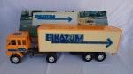 Lindo Brinquedo antigo - Caminhão Bau Elka Elkazum 270 com cavalo mecânico Scania 141. Brinquedo que deixava os moleques malucos na década de 80. Com a caixa original. A caixa mede aprox 55cm de comprimento. As rodas giram livremente. Abre portas e baú. Chassi do cavalo, eixos do baú e barra refletiva da traseira foram coladas.
