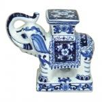 Grande e espetacular elefante oriental em porcelana ricamente trabalhada e com policromia em tons de azul. Medida 20x23cm.