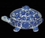 Grande sopeira oriental em forma de tartaruga com rica policromia azul com florais e guirlandas encimada por tampa com puxador em forma de pequena tartaruga. Medida 37x25cm.