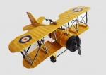 Grande avião feito de metal e chapa com riqueza de acabamentos e policromia representando os antigos aviões da 1ª Guerra Mundial. Medida 27x26cm.