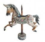 Espetacular cavalo em bloco de madeira com ricos entalhes e bela policromia. Medida total 40x42cm.