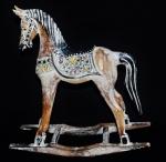 Cavalo de balanço oriental em madeira ricamente trabalhada e ricamente policromada. Medida 36x38cm.