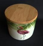 Pote de porcelana com bela tampa feita de bambu, ostentando imagem de flamingo. Apresenta fios de  cabelo. Medida 9x10 cm