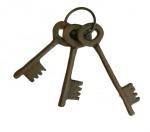 Objeto decorativo composto de chaves estilo anigo em  ferro.