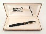MONTBLAC -  Antiga caneta tinteiro na cor preto e detalhes em ouro 14 kilates.